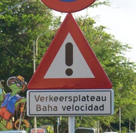 señal de trafico en aruba neerlandes papiamento