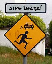 señal trafico precaucion irlandes Gaeltacht irlanda